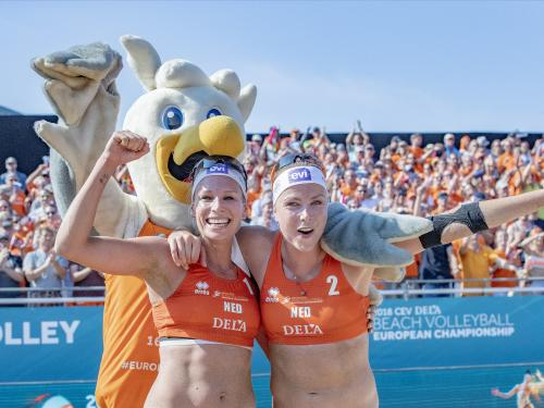 Beachvolleyballers juichen met mascotte